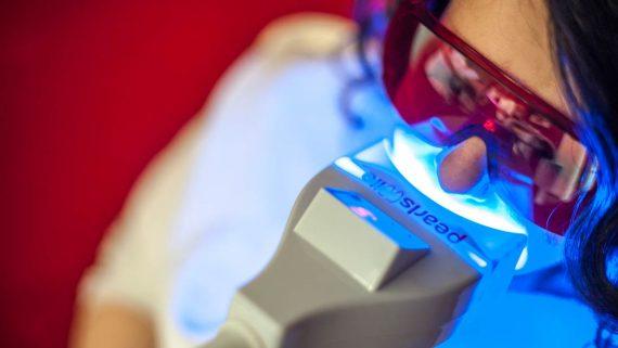 Bei der Fußpflege die Zähne bleachen lassen
